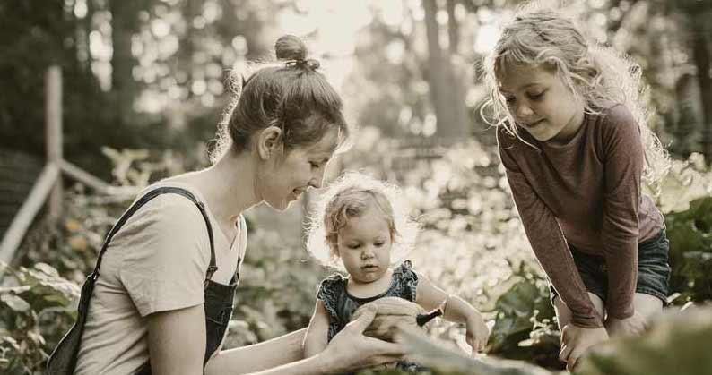 Famille se re-connectant au vivant